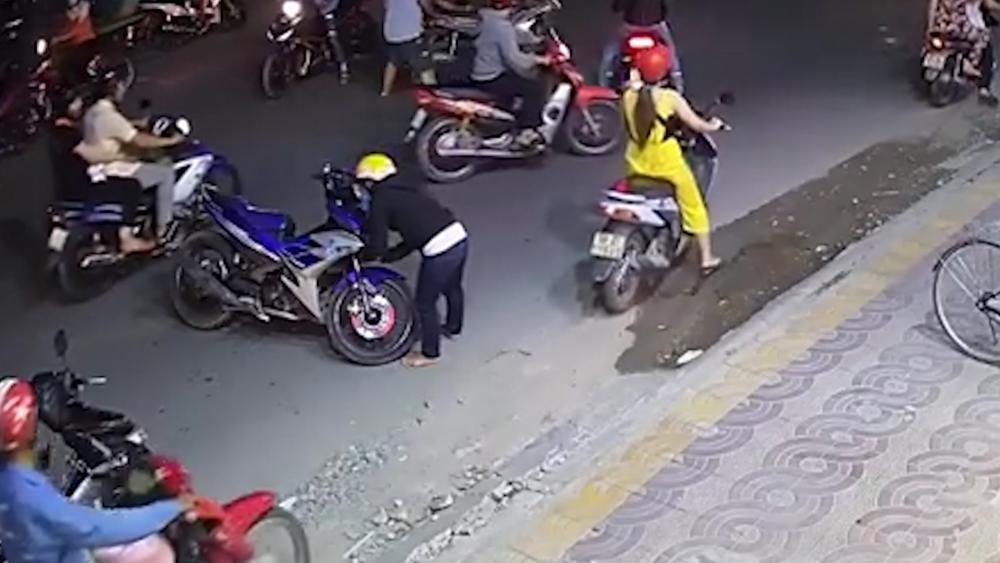 Vừa trộm xe máy thì gây tai nạn, tên trộm bỏ của chạy lấy người
